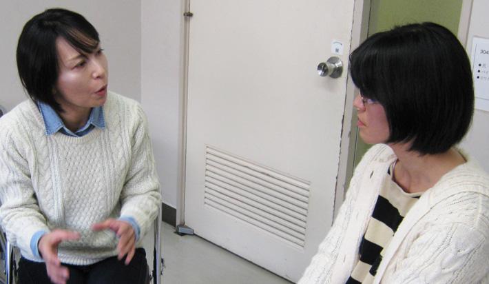 トレーニング生2人が会話をしている写真