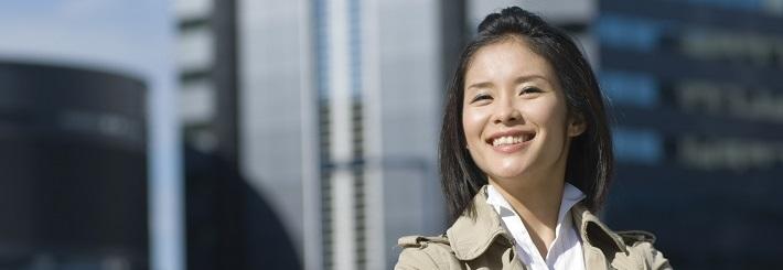 笑顔の女性カウンセラー写真