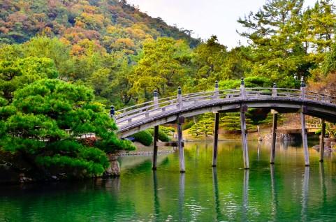 川にかかる木の橋の写真