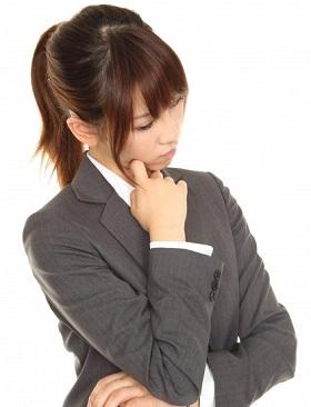緊張する理由を考える女性の写真