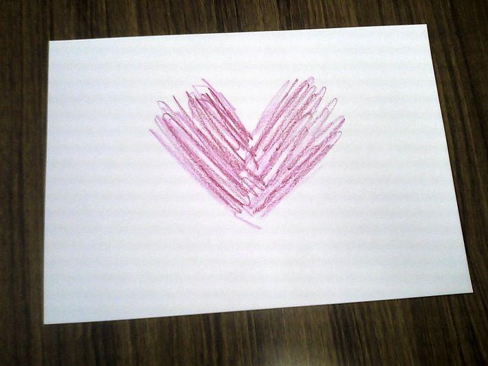 V字型の赤とピンクの強い筆圧で描かれた絵