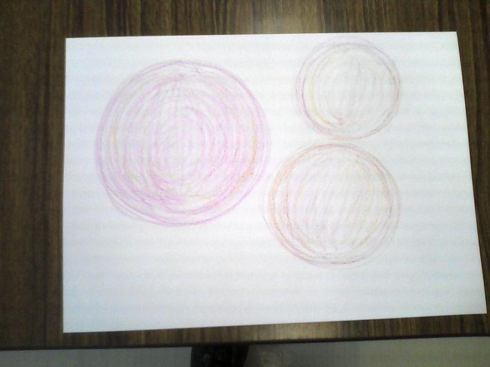 柔らかなピンクの3つの円の絵