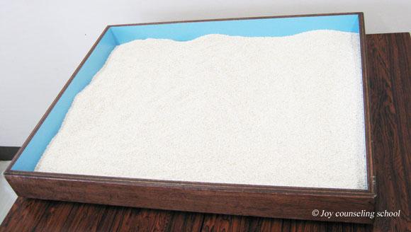 何もグッズが置かれていない箱庭療法の砂箱