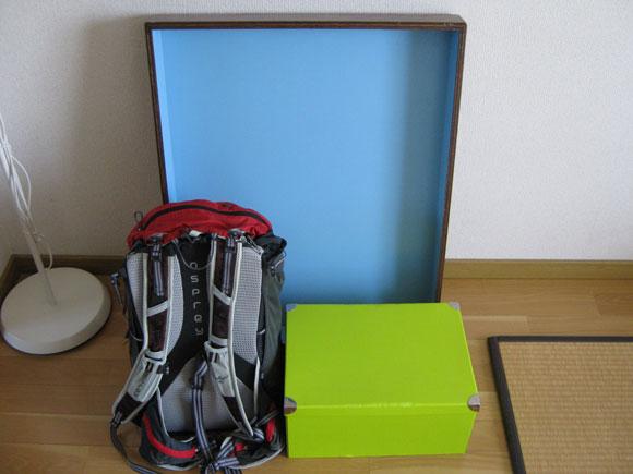 箱庭療法の箱と砂、グッズがまとめられている写真
