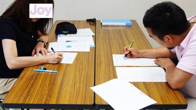 カウンセリング講座を受ける受講生2人の写真