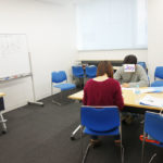 カウンセリング講座を受講する女性と男性
