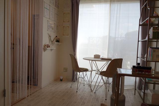 お部屋のテーブルの写真