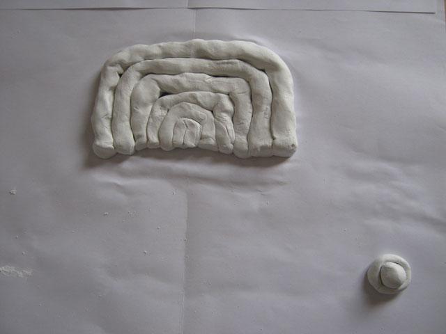 小さな造形を大きな造形から離した状態の写真